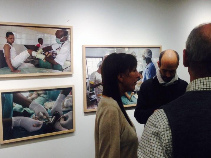 Ana Palacios comenta su obra con representantes de diferentes Asociaciones y ONGs de Zaragoza