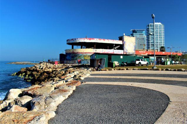 Ruiny klubu w byłym delfinarium