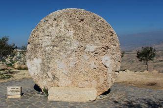 Góra Nebo - głaz zamykający bizantyjską świątynię