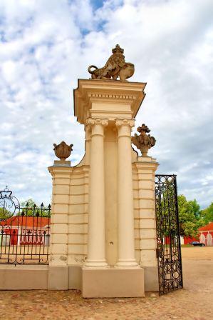Pałac Rundale - brama wejściowa
