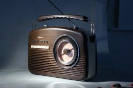 Radio unter hartem Seitenlicht