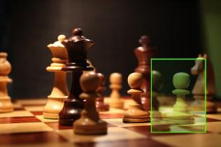 Focus Stacking mit Makroschiene liefert eine telezentrische Perspektive. Der hintere Bauer aus dem letzten Bild des Stacks (grün) ist genauso groß wie der vordere Bauer aus dem ersten Bild.