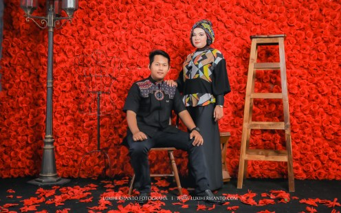 foto prewedding muslim berhijab simple gaun hitam