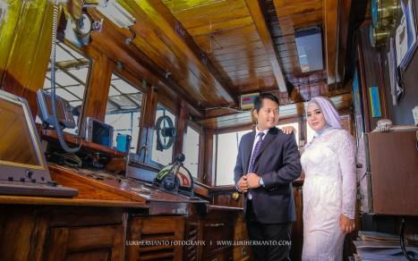 foto prewedding muslim berjilbab di kapal KRI Dewaruci