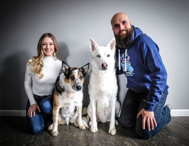 Mike Antonietti, à direita, ensinou seu cachorro Warwick, segundo à direita, a pegar uma cerveja na geladeira para impressionar sua parceira Samantha Keown, à esquerda, na foto com seu outro cachorro, Twitch. (Foto: Arquivo Pessoal/Kennedy News and Media)
