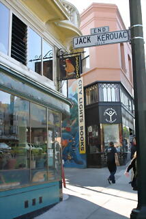 City Lights Book Store al final de Jack Kerouak Street