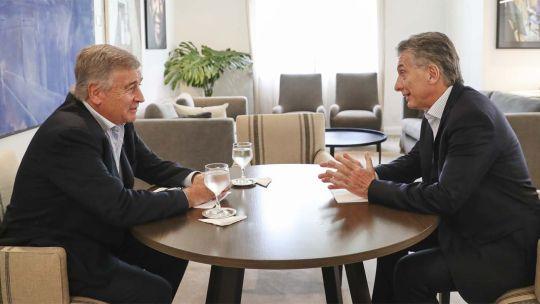 Mauricio Macri con el ministro de Defensa Oscar Aguad en Olivos.