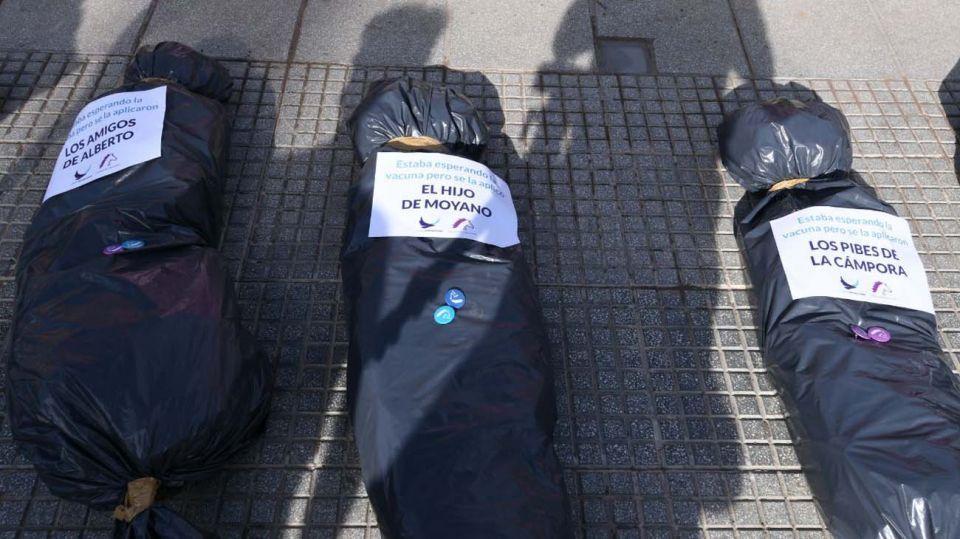 Bolsas mortuorias contra el Vacunatorio VIP en Plaza de Mayo.