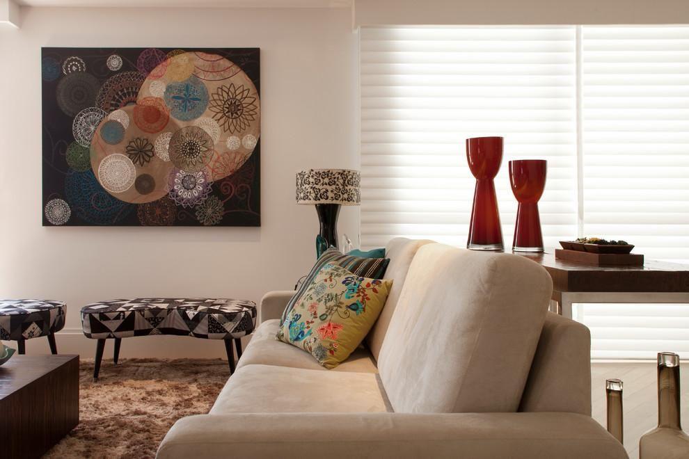 Quadro grande decorativo e tapete peludo de Orlane Santos