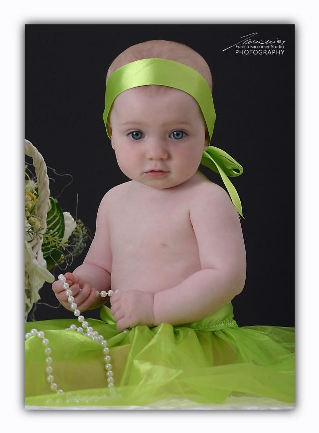 una splendida bambolina in mezzo al verde