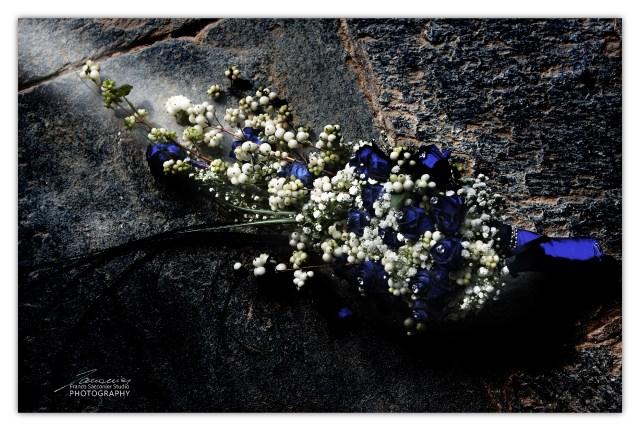 Fiori per il matrimonio. Una pennelata di luce sul pavimento, mette in evidenza la composizione floreale del bouquet #composizionefloreale #bouquetpereventi #lamargheritafiori