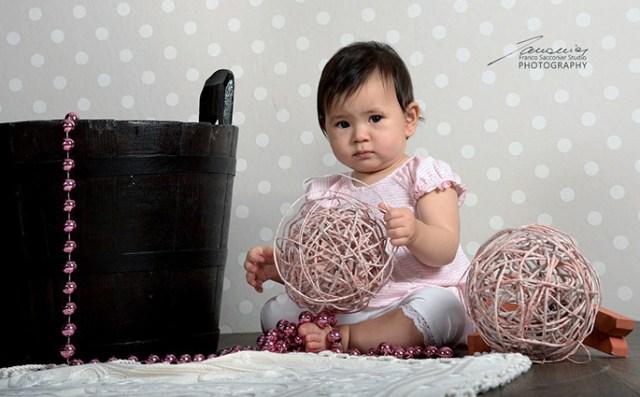 Giulia, alle prese con oggetti curiosi... #fotorafobimbi
