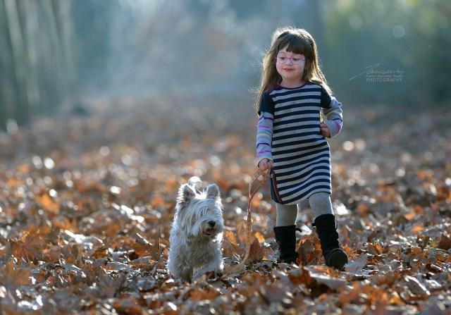 Alice nel bosco con il suo cagnolino #fotografobambini