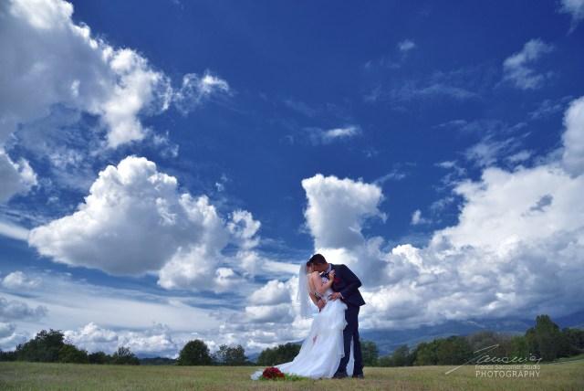 Il cielo è in festa insieme a noi. Anche le nuvole danzano, sospinte dal vento #fotografodimatrimonio #laprateria