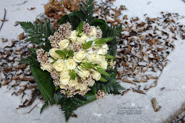 In pieno inverno, il matrimonio, con tutto li suo fascino, può incappare in qualche inconveniente, rappresentato da una nevicata improvvisa, o da una giornata particolarmente fredda. #fioridinverno #bouquetinvernale #matrimonioinvernale