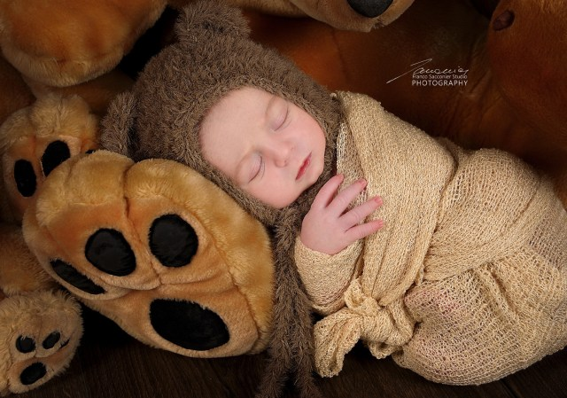 Questo cucciolo è nato da pochi giorni. I neonati trascorrono molto tempo dormendo.