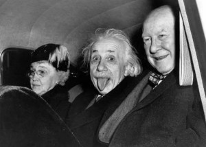 La historia de la foto de Albert Einstein sacando la lengua