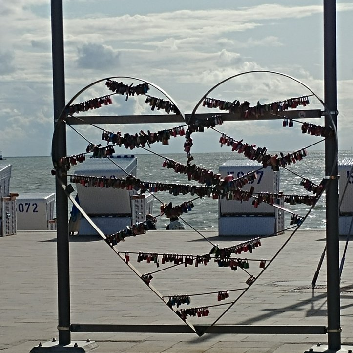 Strandkörbe hinter love heart