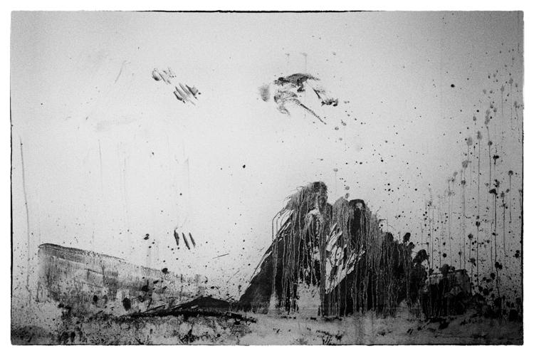 pared salpicada de barro formando olas