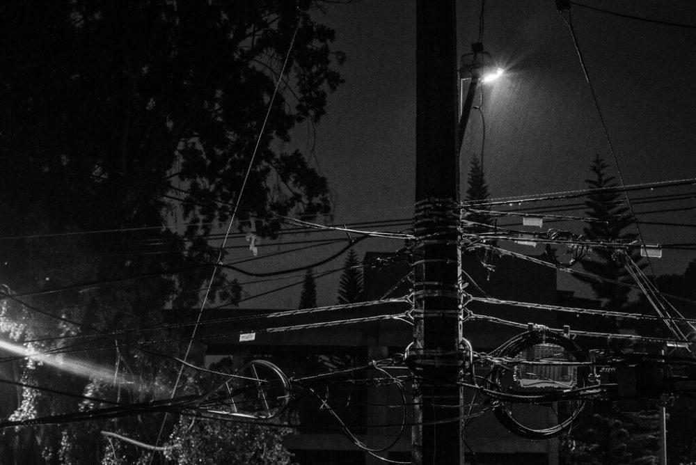 Enredo de cables nocturnos