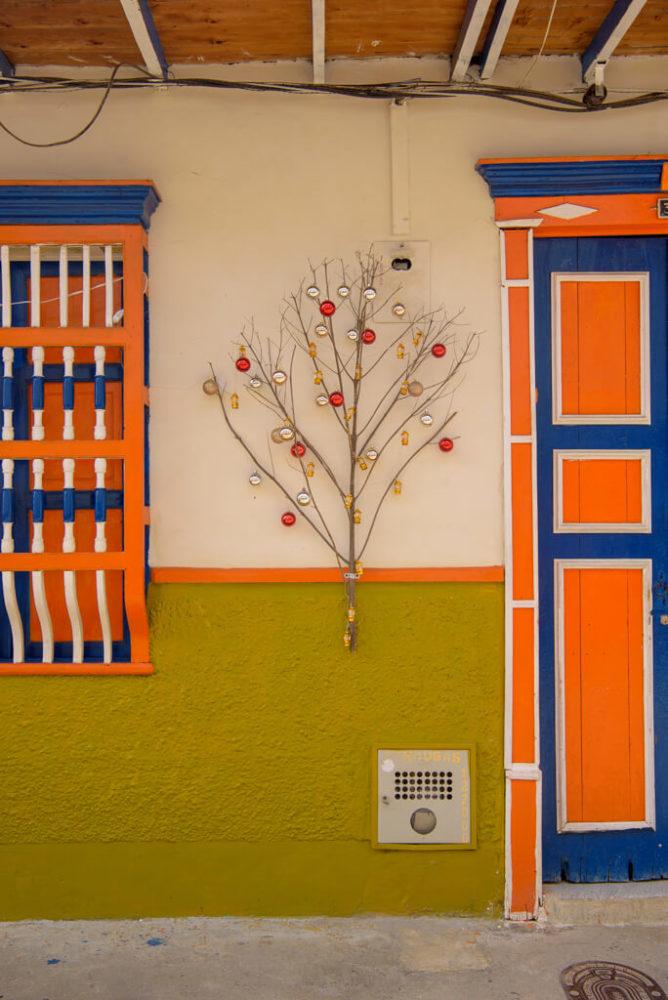 árbol de navidad sobre pared