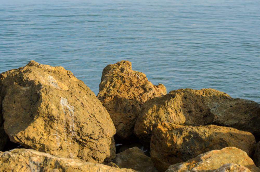 Rocas amarillas a la orilla del mar