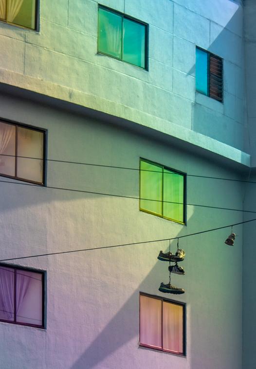 zapatos colgando de calbe alfondo ventanas de colores