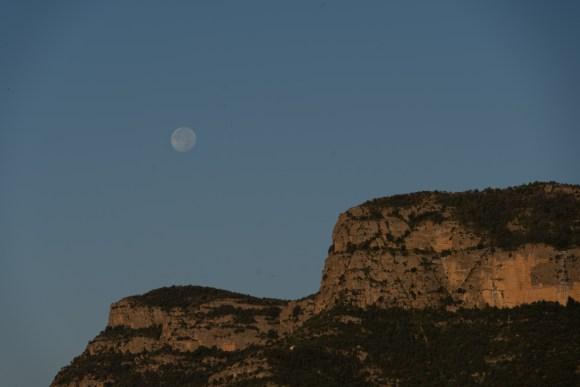 Luna ilumina montaña en Huesca
