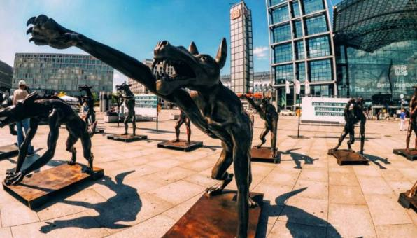"""[gallery type=""""rectangular"""" link=""""none"""" ids=""""26028,26031,26032,26033,26034"""" orderby=""""rand""""] Rainer Opolka wants to start a discussion and this is why these wolves are in Berlin a few weeks after a mass shooting in Munich, a bomb in Ansbach, an axe attack near Würzburg and a machete death in Reutlingen. Two of these attacks were carried out by asylum seekers and it sparked fear that could be exploited by the right-wing. And since it already happened before in Germany, those attitudes towards minorities have come under the spotlight. But don't think that racism only happens to asylum seekers. It goes beyond that but it seems that germans have a hard time seeing this from where they stand. Germany has an issue with racism and Rainer Opolka is here to show it to them."""