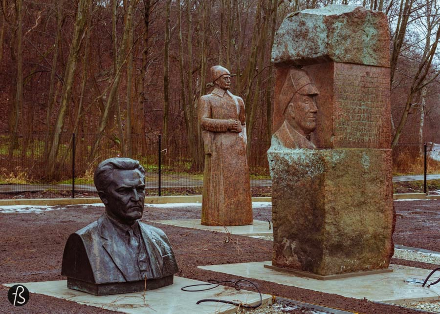Mesmo assim, uma cabeça gigante do Lenin estava me encarando durante todo o tempo que eu estive por lá. E ela não estava sozinha, existiam, pelo menos, quatro outras cabeças. Todas elas de tamanhos diferentes e, uma delas, era feita de um mármore muito branco. Ao lado de Lenin, dava para ver uma estátua de Trotsky sem uma das mãos. Do outro lado, uma estátua de Stalin, a primeira que vi na minha vida. Ao redor delas, outras estátuas comunistas de pessoas que eu não reconheci. Na foto abaixo, tirada pelo meu parceiro de passeio Evo Terra, dá para ver o tamanho dessas estátuas.