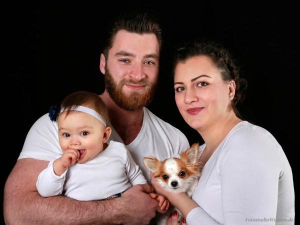 Familienbild mit Hund im Fotostudio Wagner München