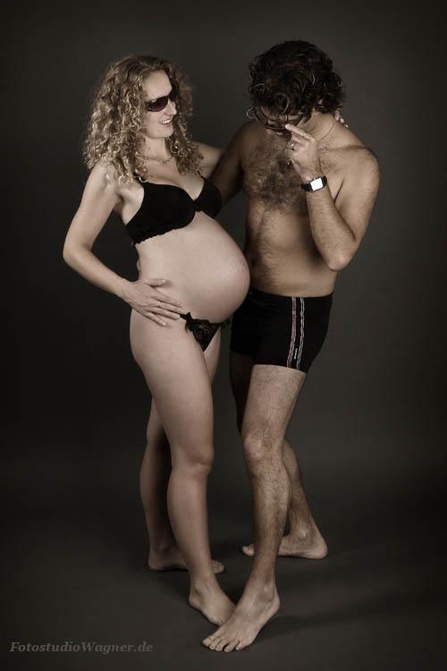 Babybauchshooting mit dem Mann im Fotostudio Wagner München