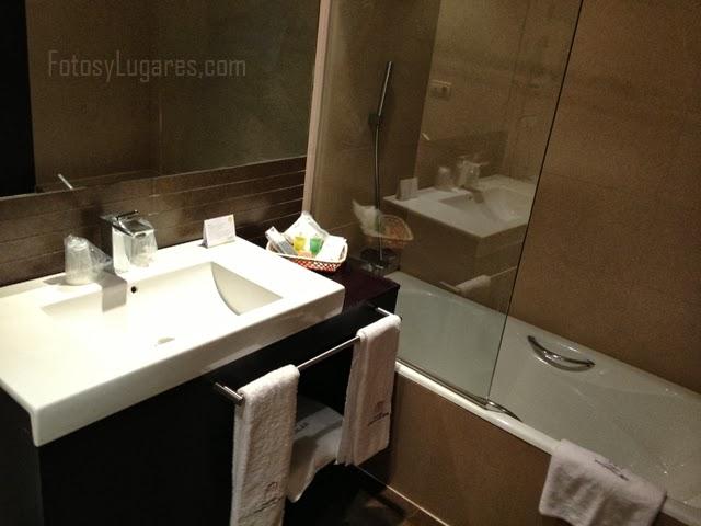 Baño de la habitación del hotel en Logroño