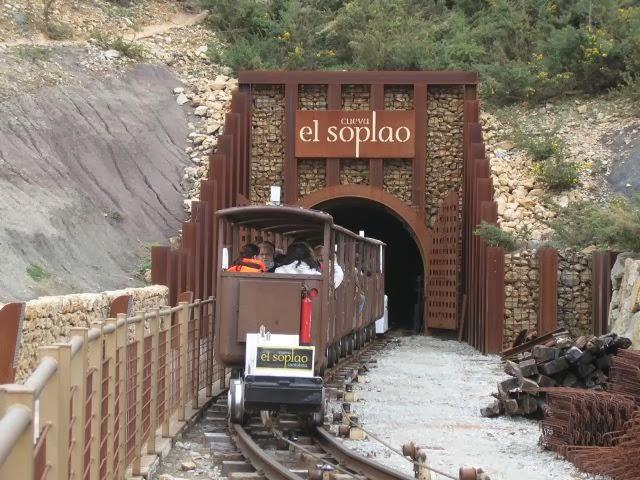 Galería minera que da acceso a la cueva
