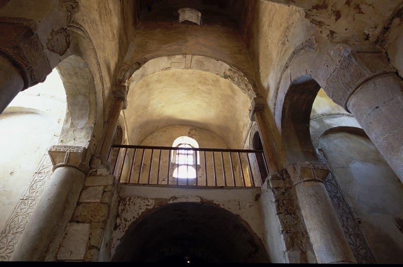 Interior de San Miguel de Lillo