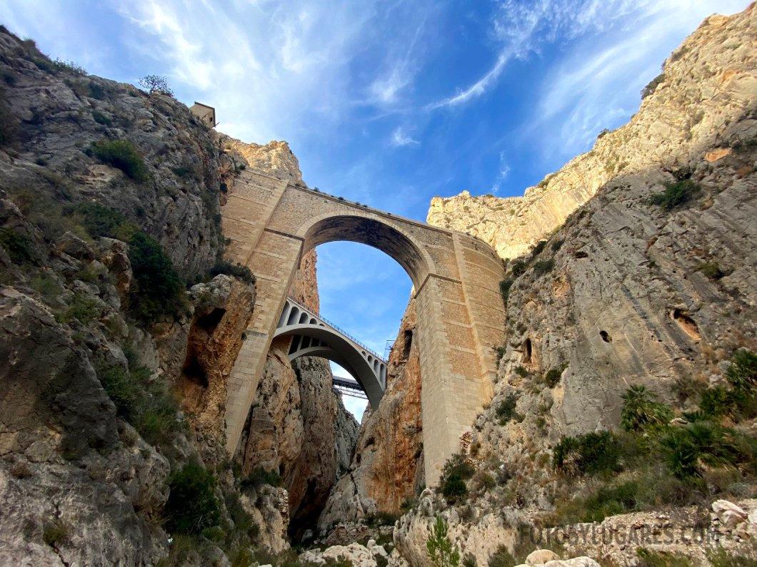 Entrada al cañón bajo los puentes del Mascarat
