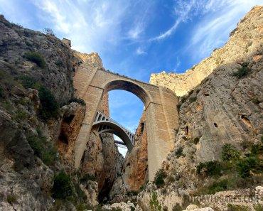Visitando el estrecho cañón que hay bajo los puentes del Mascarat