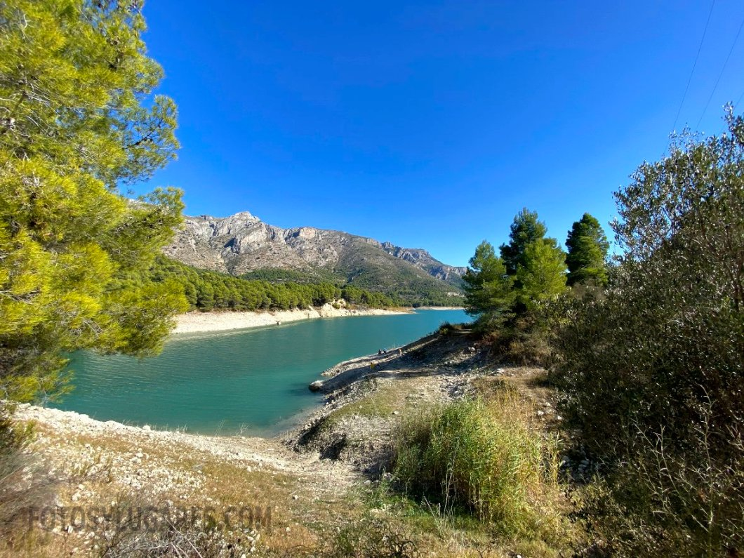 A pie del embalse de Guadalest