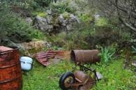 Überall Rost und Müll schmükten den großen Garten