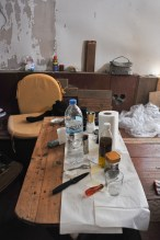 Der Holztisch musste ebenfalls auf Vordermann gebracht werden