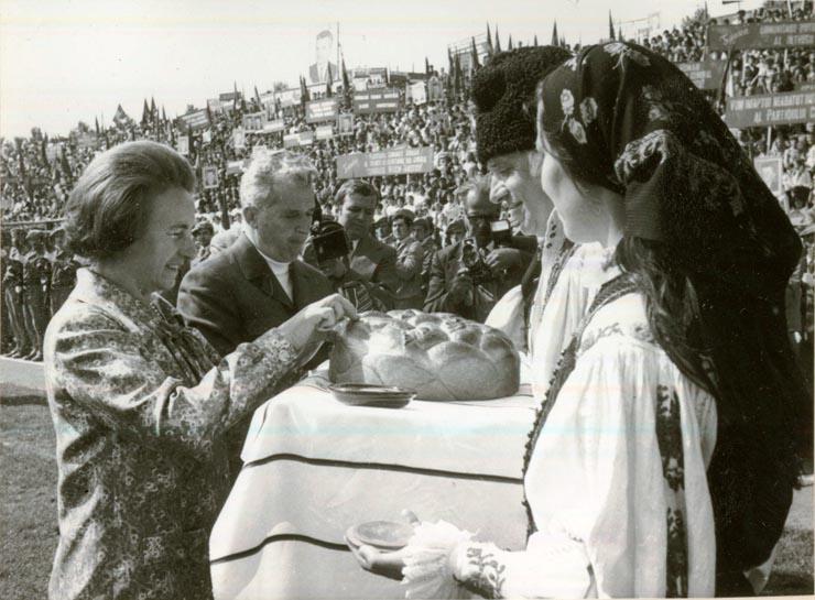 Imagini pentru ceausescu întâmpinat cu păine si sare