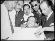 Cadáver de Jorge Eliécer Gaitán en la Clínica Central rodeado por los doctores Treber Orozco, Antonio Trías y Oscar Peláez.  1948-04-09