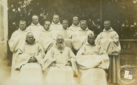 Z leve p. Herman Vodenik, opat Placide Epalle in p. Gabriel Zemljak z mladimi patri po malih zaobljubah leta 1937. Hrani: MNZS.