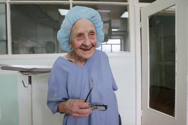 Алла Левушкина — старейший хирург России до сих пор проводит более сотни операций в год