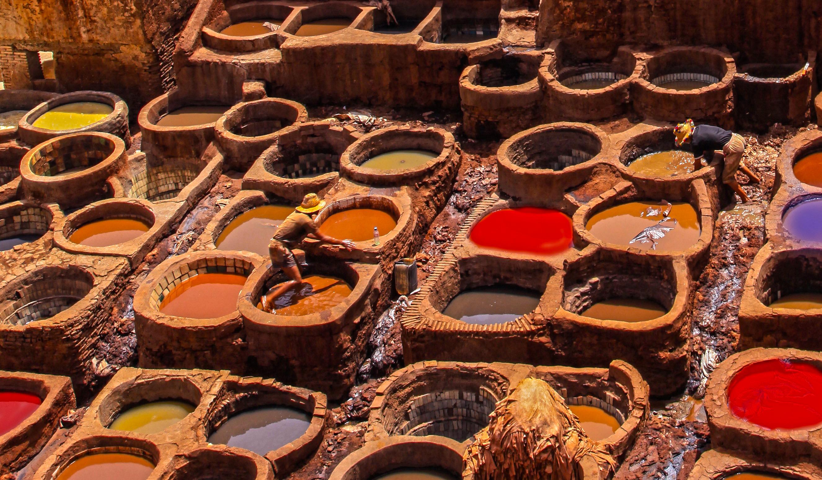 Fez i osławiona garbarnia skór. Cały świat dociera do Fez zobaczyć archaiczny proces barwienia i szycia . Bonusem jest piekielny smród w garbarni