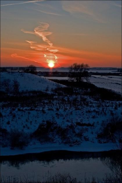 Солнце упало в снег и зашипело