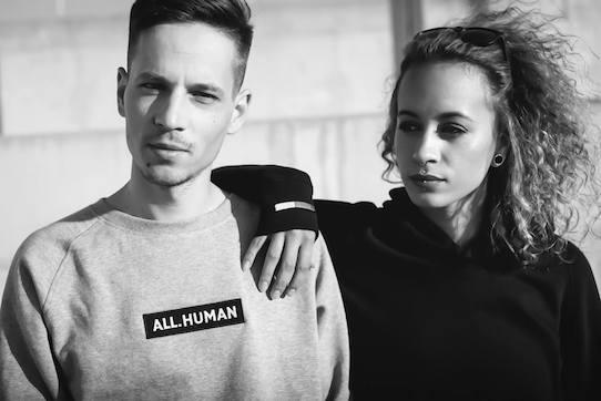 Kristijonas Duttke und seine Freundin Fanny mit der von ihm kreierten Kleidung. Foto: Kristijonas Duttke