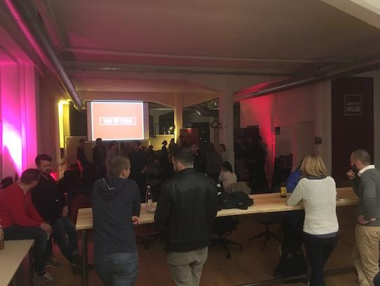 Nach dem Film kamen viele Besucher noch gemütlich ins Gespräch. Foto: Stephan Hönigschmid