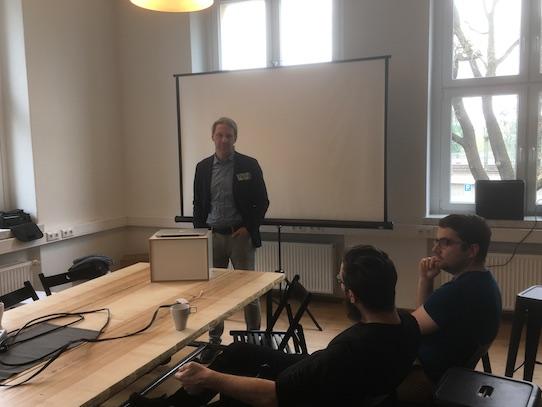 Nach dem Vortrag stand Patrick Schmiedet für Fragen der Teilnehmer zur Verfügung. Foto: Stephan Hönigschmid