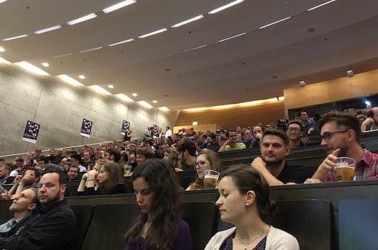 Interessiert lauschte das Publikum in lockerer Atmosphäre den Worten von André Schwämmlein. Foto: Stephan Hönigschmid